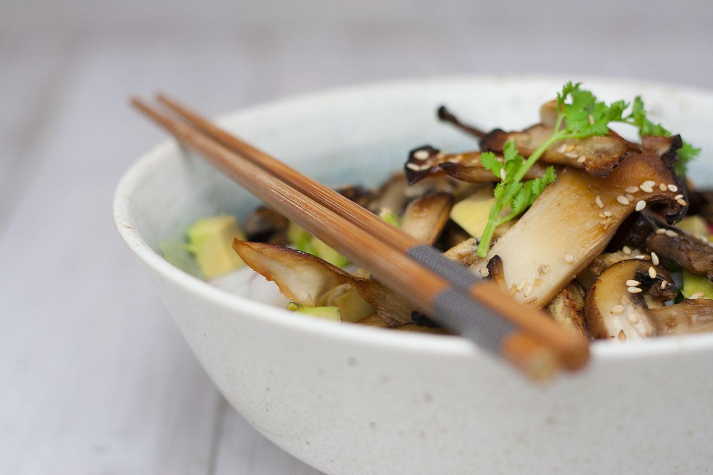 rice noodle salad with mushrooms and avocado | Reisnudelsalat mit Pilzen und Avokado