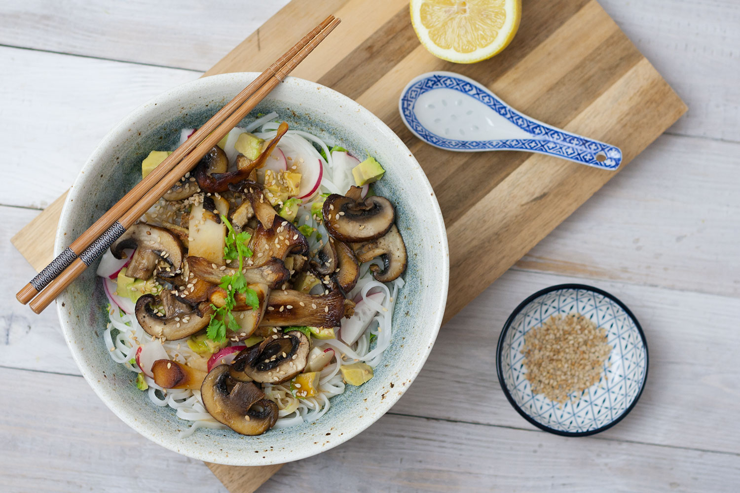 rice noodle salad with mushrooms and avocado | Reisnudelsalat mit Pilzen und Avokado