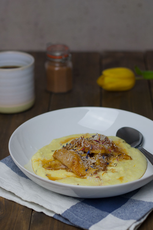 Kokos Grießbrei mit karamelisierter Birne | coconut semolina pudding with caramelized pear