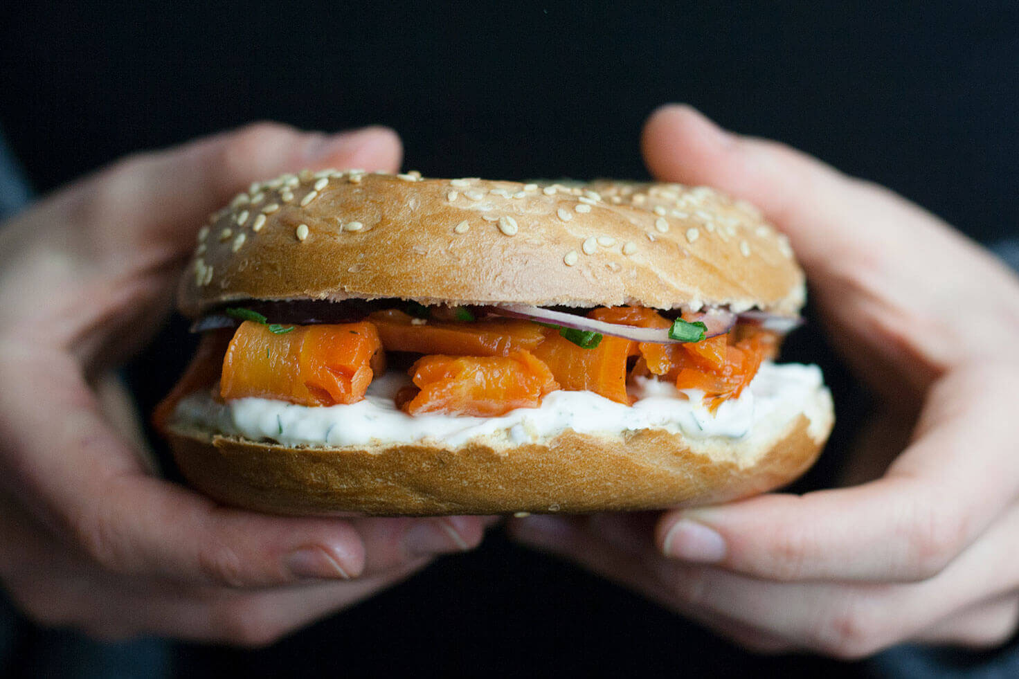 veganer Carrot Lox oder Karottenlachs von Mangold & Muskat hier auf einem Bagel