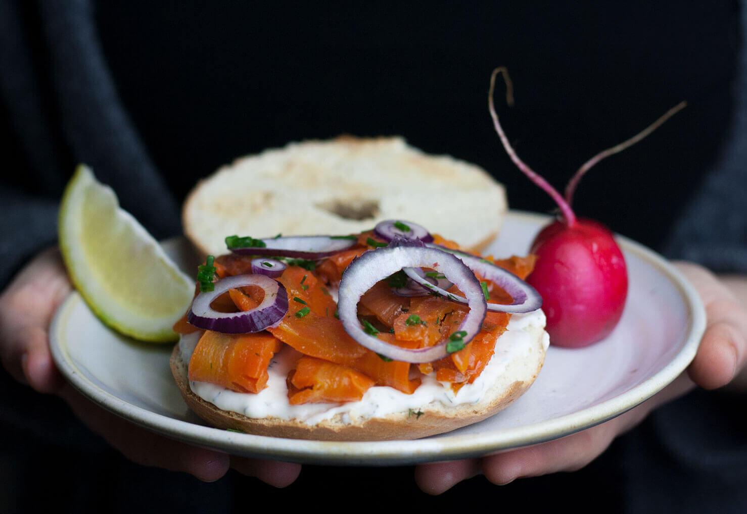 Ein Bagel mit veganem Carrot Lox oder Karottenlachs, Rezept von Mangold & Muskat