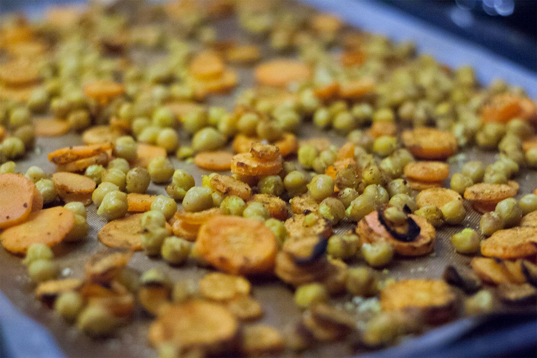 Buchweizensalat mit Avokado Kichererbsen und Röstkarotten