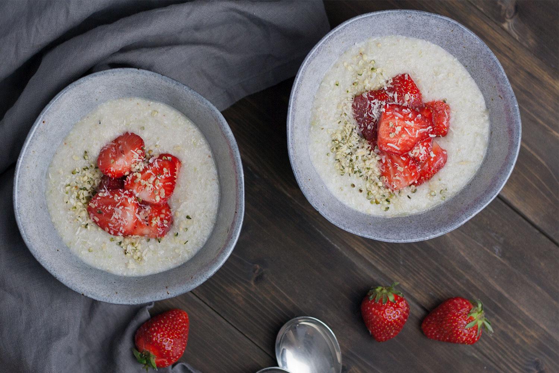 Rezept für glutenfreien Buchweizen-Porridge mit Erdbeeren, eine leckere Alternative zum Porridge mit Haferflocken