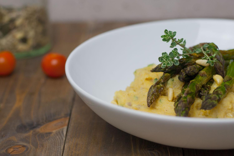 Grüner Spargel auf Kräuterpolenta - schnelles, leichtes Gericht nur 20 Minuten