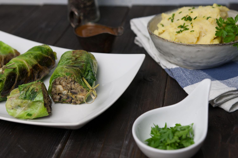 Rezept für vegane Kohlrouladen mit Pilzfüllung dazu dunkle Pfeffersoße und Kartoffelpüree