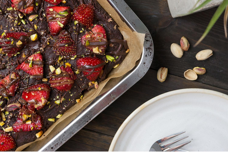 Rezept für vegane Schoko Brownies mit Erdbeeren und Pistazien