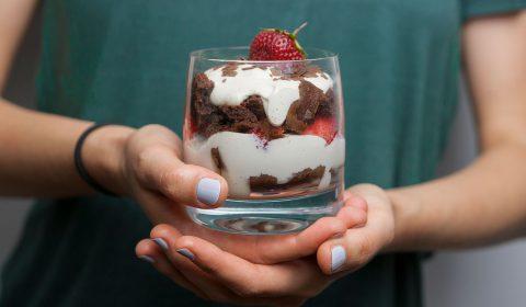 Erdbeer-Tiramisu mit Schoko-Biskuit-Teig und Cashew-Mascarpone