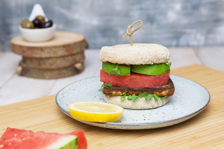 Burger mit Wassermelone, Tofu und Avokado