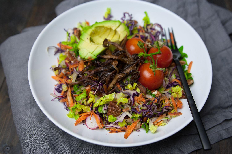 Salat mit gezupften Austernpilze