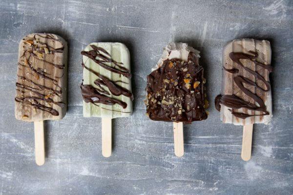 vier Sorten veganes Eis am Stil: Vanille, Schoko, Mokka und Minze