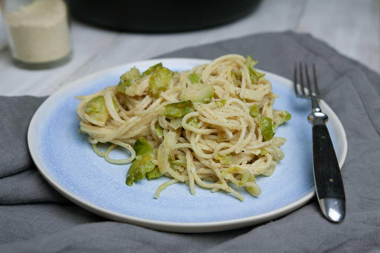 Teller mit Rosenkohl Pasta in cremiger Weißweinsoße
