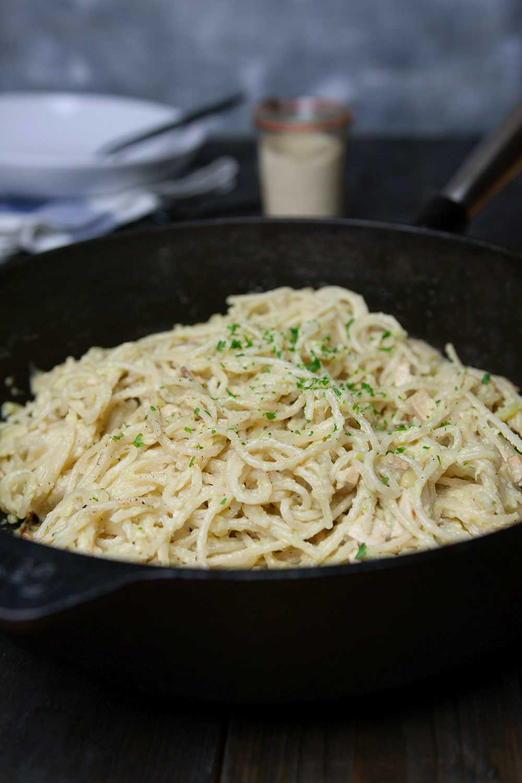 vegane Spaghetti Carbonara in der Gusseiserner Pfanne