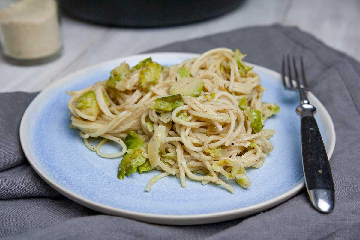 Teller mit cremiger Rosenkohl-Pasta