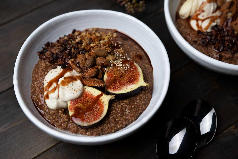 veganer Schokoladen-Hirsebrei mit Nüssen und Feige