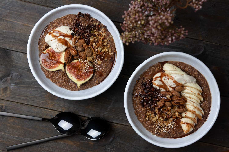 zwei Frühstücks-Schüsseln mit veganem Hirsebrei mit verschiedenen Toppings