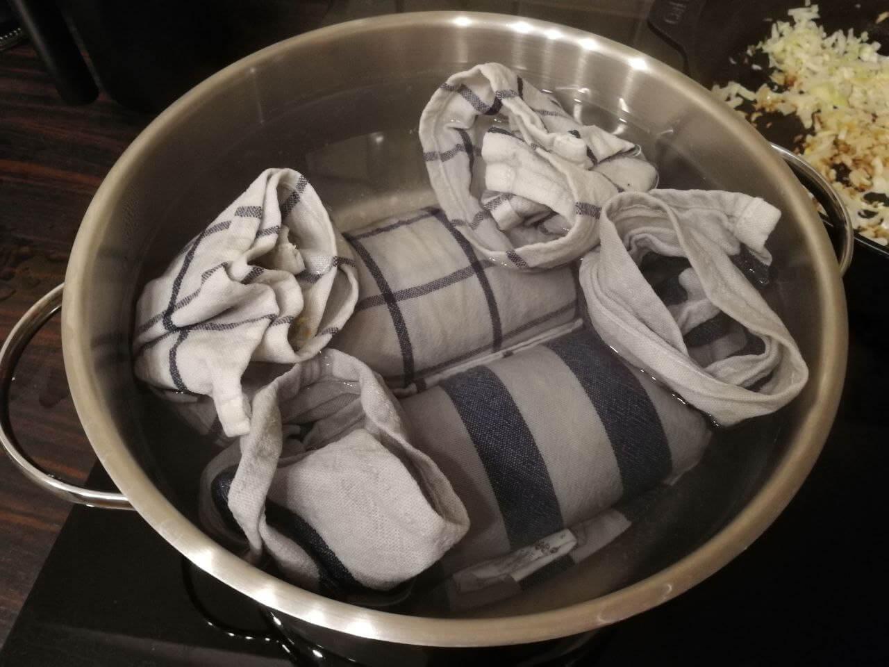 Serviettenknödel beim Garen im Topf