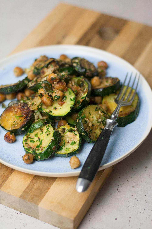 vegane Zucchini Pfanne mit Kichererbsen