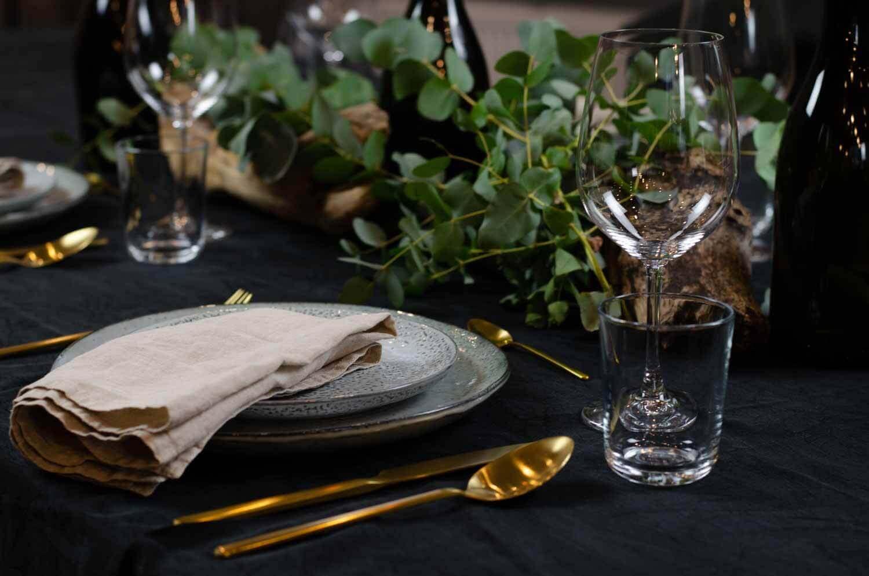 festlich dekorierter Tisch für einen schönen Weihnachtsabend