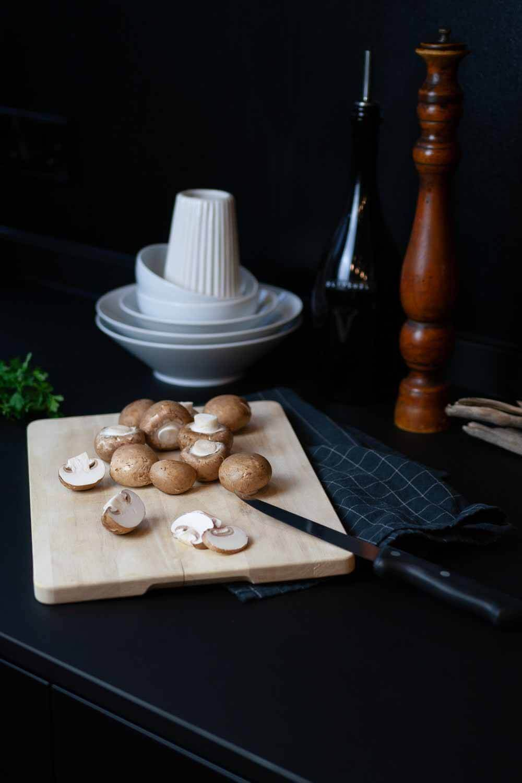 braune Champignons schneiden