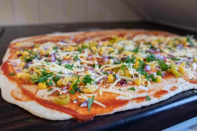 Pizza, die zu Pizzaschnecken aufgerollt wird