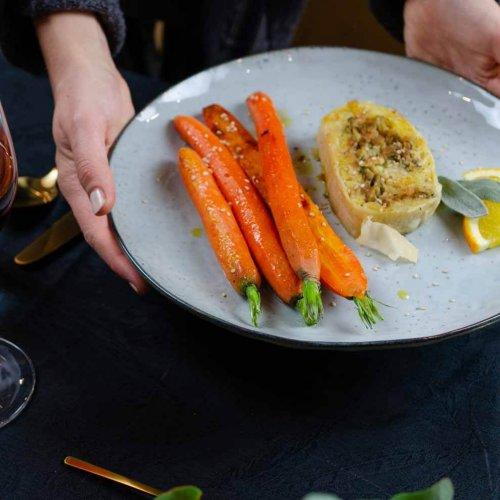 veganer, herzhafter Strudel mit glasierten Karotten