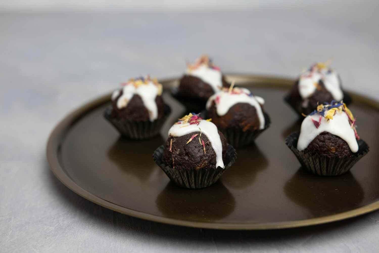 roh-vegane Lebkuchen Pralinen aus Nüssen und Datteln