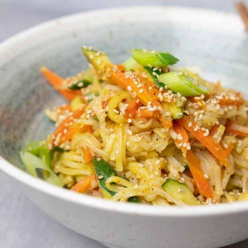 Zubereitung in einer Pfanne: schnelle asiatische Nudeln mit Erdnusssoße dazu knackiges Gemüse
