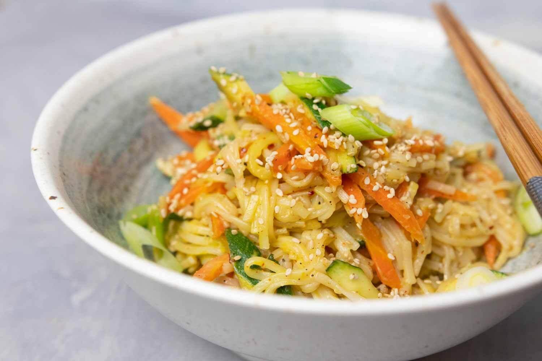 15-Minuten-asiatische Nudeln mit Erdnusssoße dazu knackiges Gemüse