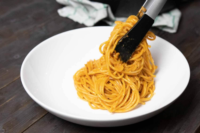 Einfaches Pastagericht mit cremiger Tomatensoße