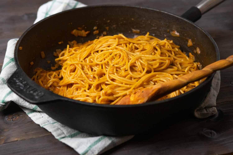 eine große Pfanne mit Pasta