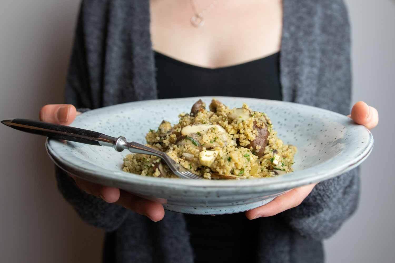 Einfache Couscous-Pfanne mit braunen Champignons