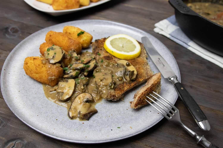 Soja-Schnitzel mit Pilzrahm-Soße und Kroketten