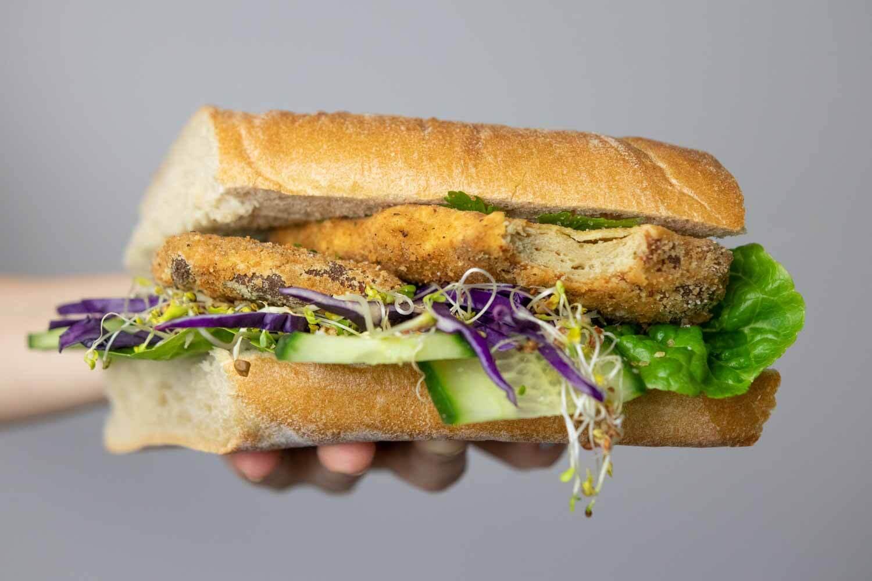 Seitan Schnitzel auf einem Sandwich