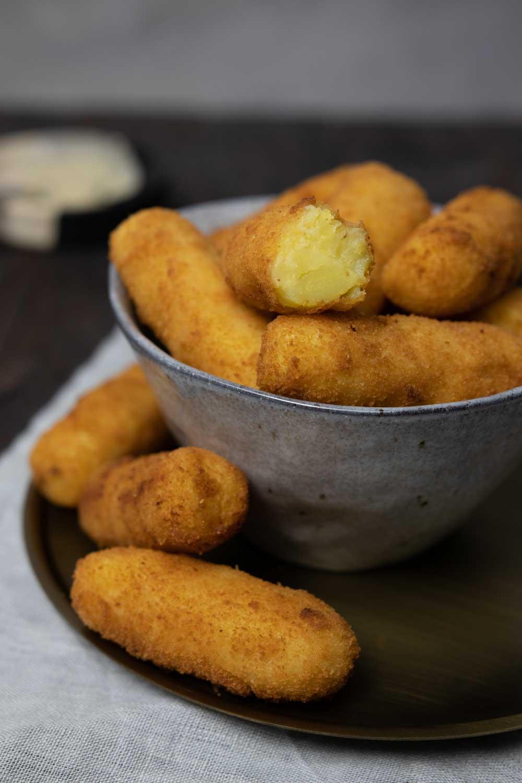 Selbstgemachte vegane Kroketten frisch frittiert