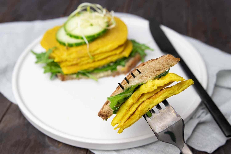 leckeres, fluffiges veganes Omelette auf einem Brot