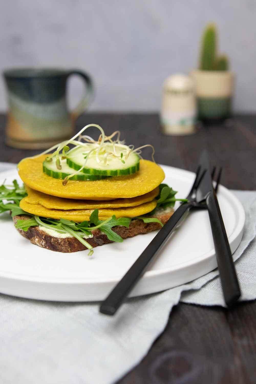 veganes Omelette aus Tofu ohne Kichererbsenmehl zubereiet