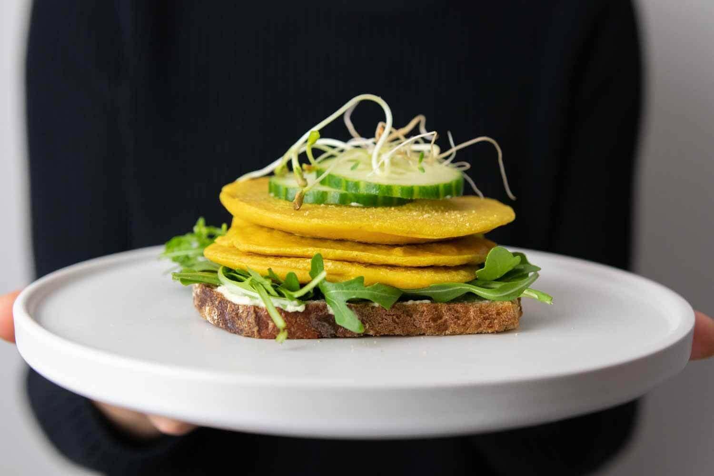 Frühstückssandwich mit veganem Omellete