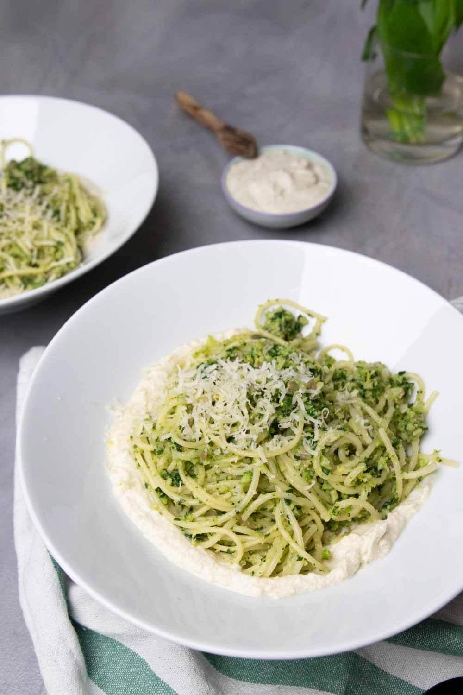 Spaghetti mit Brokkoli Pesto und Cashew Sauerrahm