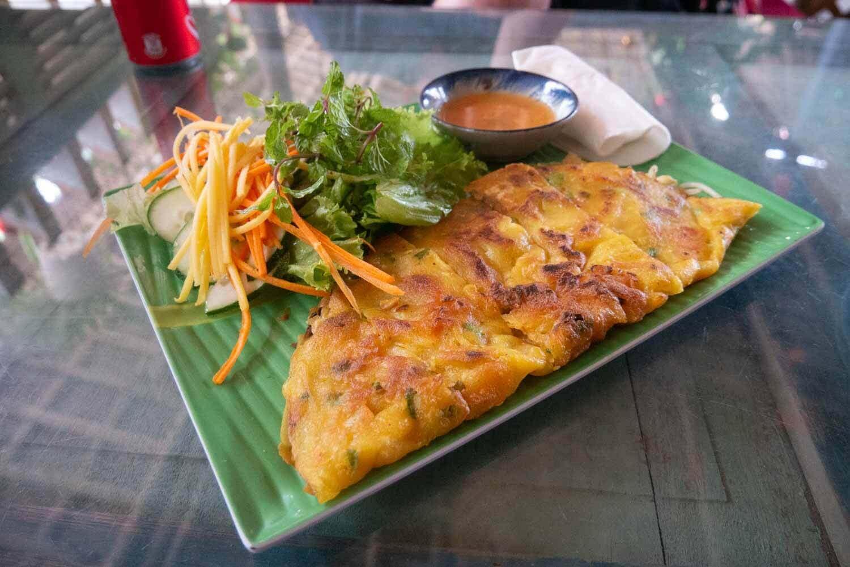 veganes Banh Xeo ist ein vietnamesisches Omelett aus Reismehl