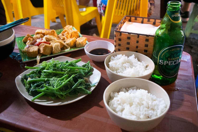 Essen auf der Straße in Vietnam: Wasserspinat mit Knoblauch, Tofu in Tomatensoße und Reis