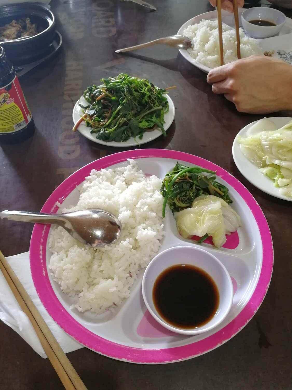 einfaches veganes Essen in Vietnam: Reis mit gedünstetem Gemüse