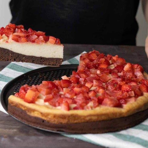 veganer Brownie Käsekuchen mit Erdbeeren