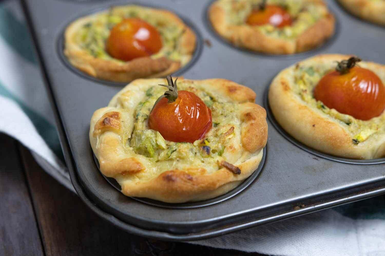gebackene Zucchini-Törtchen mit Tomate