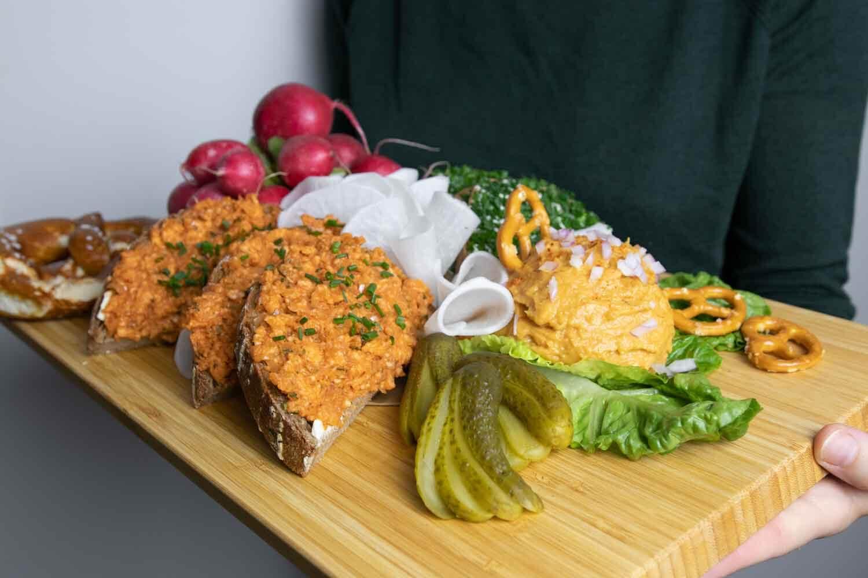 selbstgemachte, vegane Brotzeitplatte wie auf dem Oktoberfest