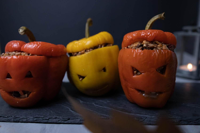 vegan gefüllte Paprika im Halloween-Look
