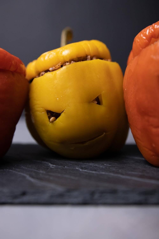Halloween-Paprika mit Gesichtern