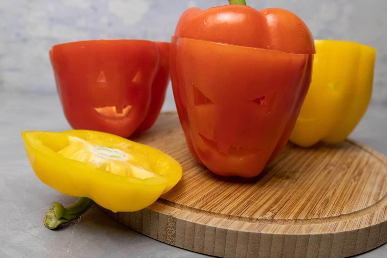 Paprika mit geschnitzten Gesichtern