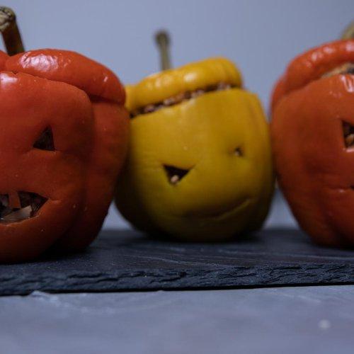 vegan Gefüllte Halloween-Paprika