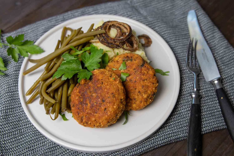 deftige, vegane Fleischpflanzerl aus Räuchertofu und Reiswaffeln