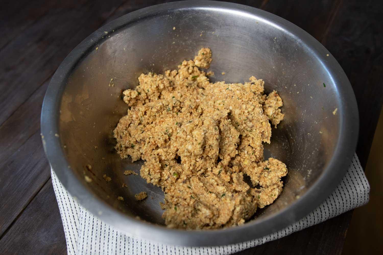 Zubereitung von veganen Frikadellen aus Räuchertofu und Reiswaffeln